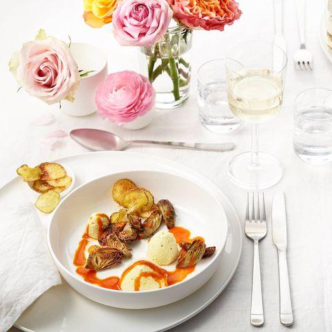 Gewürz-Mousse mit Paprikasauce, Artischocken und Kartoffel-Sesam-Chips