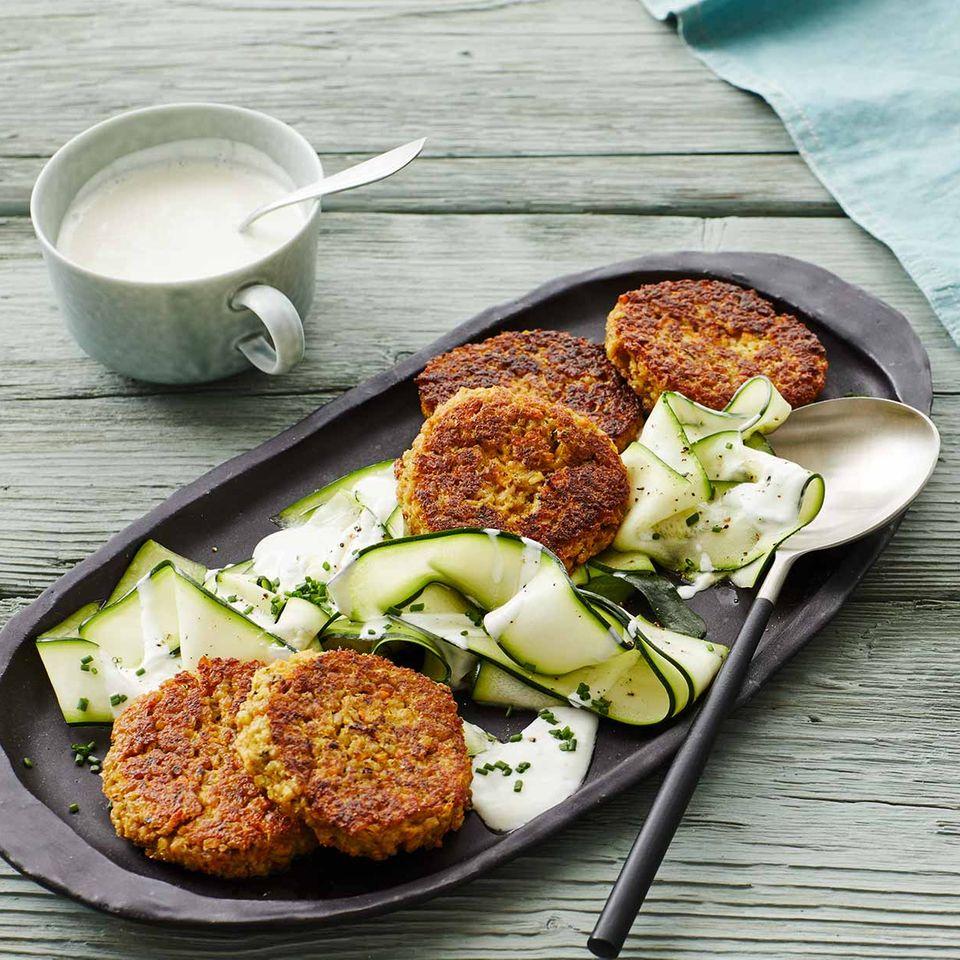 Grünkernfrikadellen auf Zucchinisalat für Thermomix ®