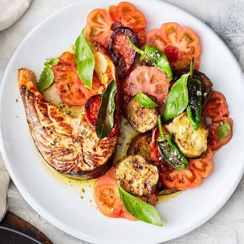Lachskotelett mit Tomaten, Auberginen und Pimientos