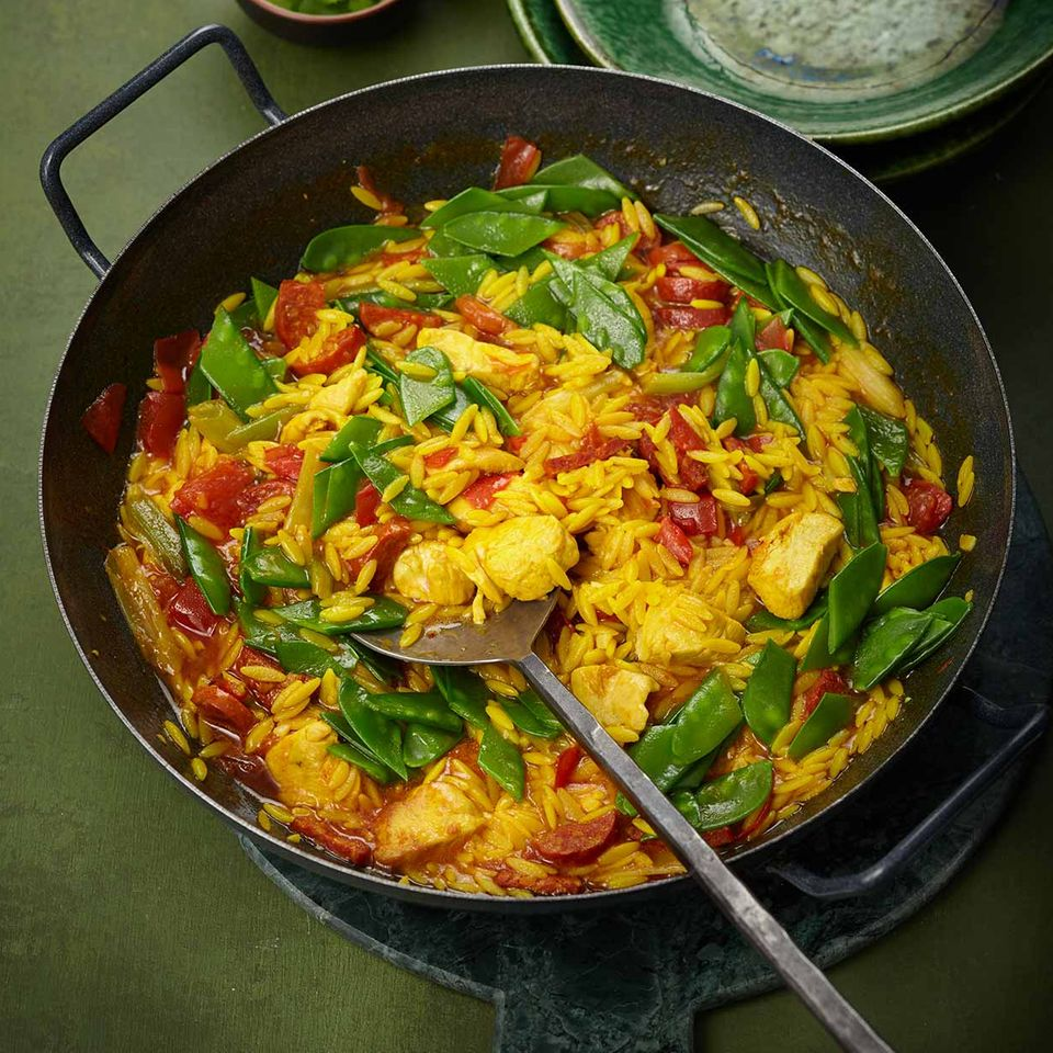 Nudel-Paella mit Chorizo und Huhn