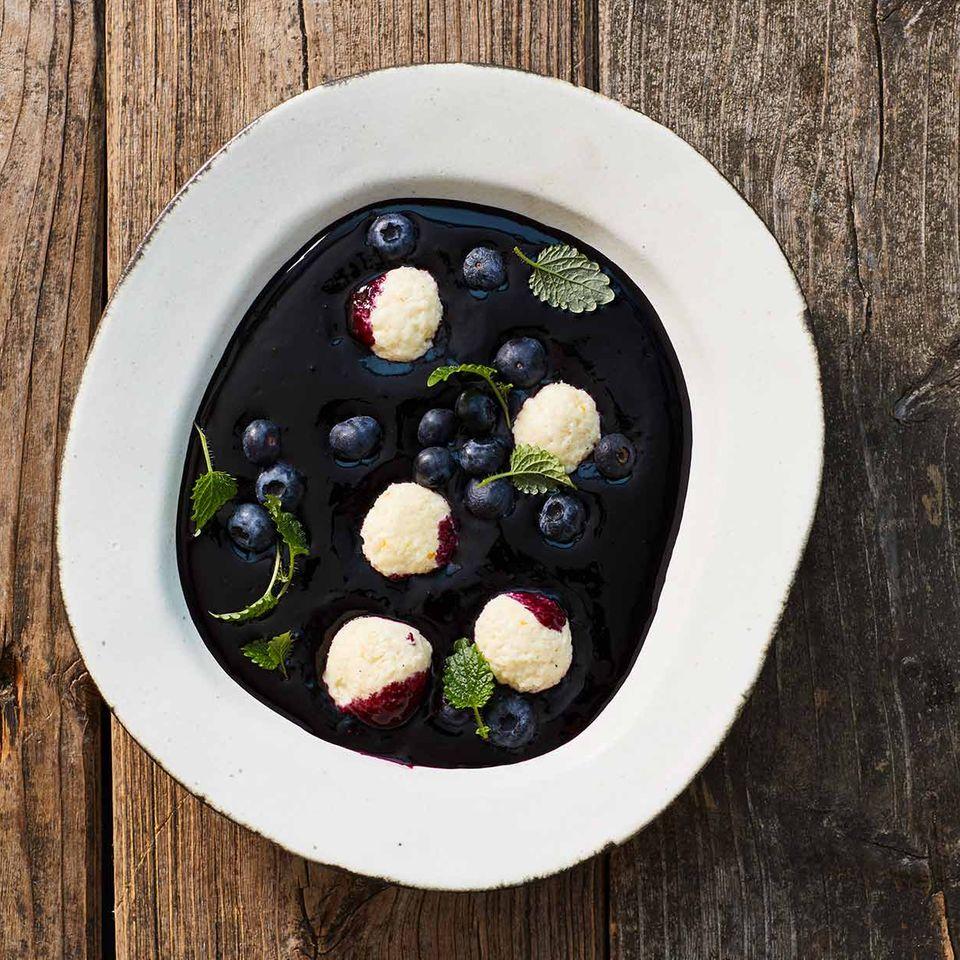 Heidelbeer-Kaltschale mit Quarkbällchen