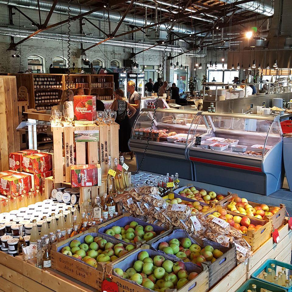 Äpfel in Kisten in der Hobenköök in Hamburg