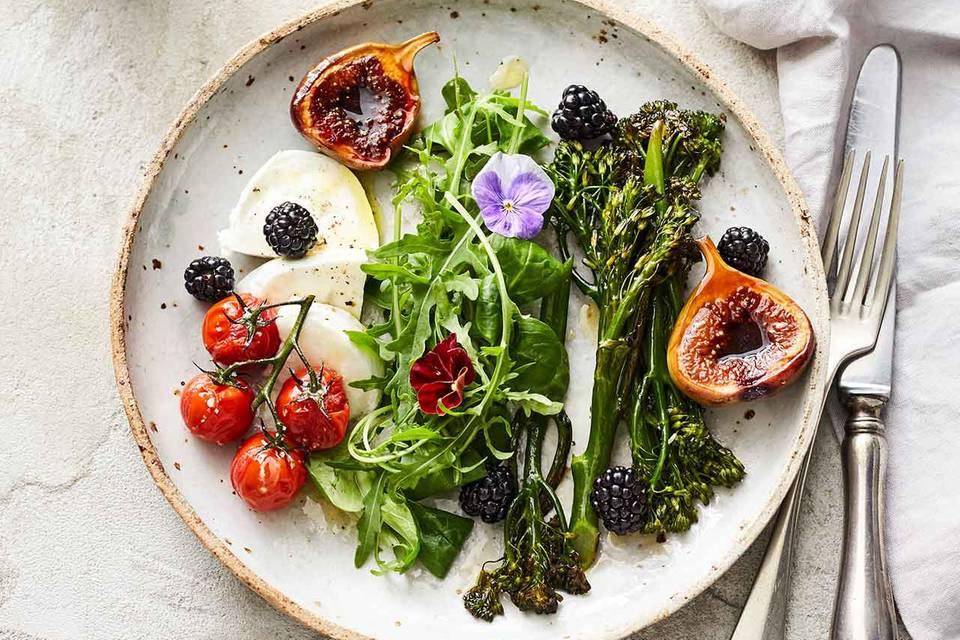 Rauke-Kräuter-Salat mit Bimi, Mozzarella und Feigen Rezept