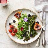 Rauke-Kräuter-Salat mit Bimi, Mozzarella und Feigen