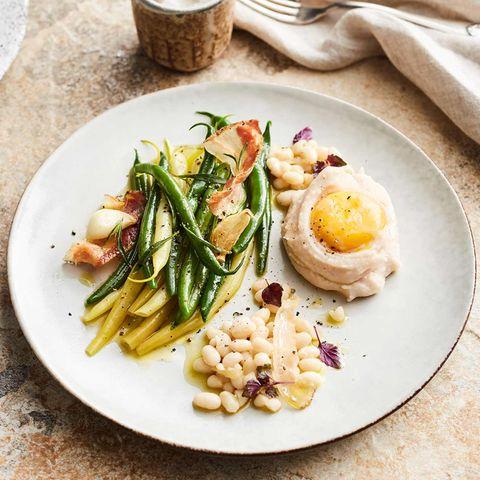 Salat von dreierlei Bohnen mit Speck und pochiertem Eigelb