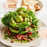 Kopfsalat mit Pfifferlingen und Serrano-Schinken