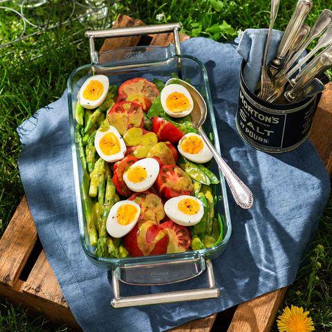 Mariniertes Gemüse mit wachsweichen Eiern