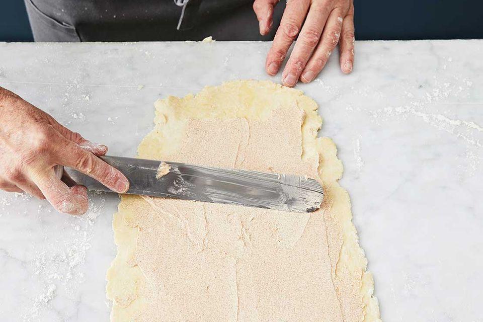 Kirsch-Pie: Schritt 3, Teig ausrollen, mit Zimtbutter bestreichen