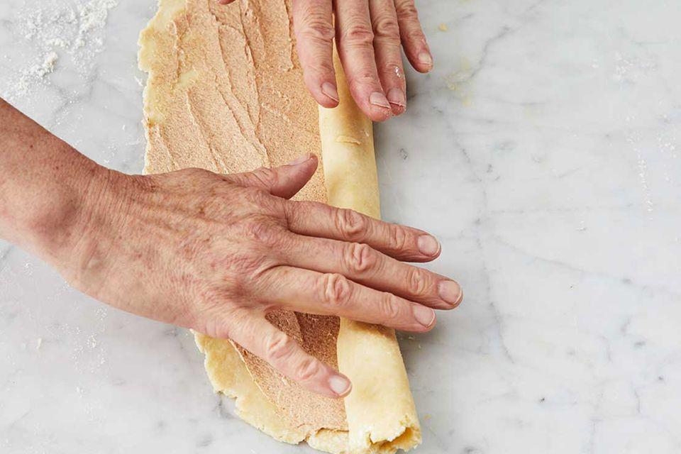 Kirsch-Pie: Schritt 4, Teig mit Zimtbutter aufrollen