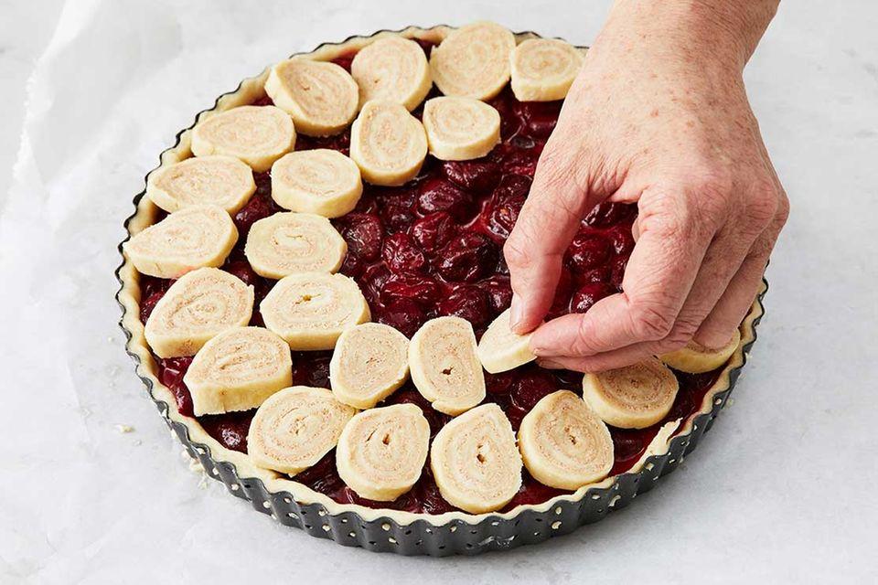 Kirsch-Pie: Schritt 7, Zimtschnecken-Deckel legen