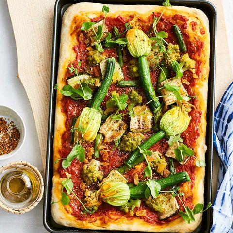 Gemüse-Pizza mit gefüllten Zucchiniblüten