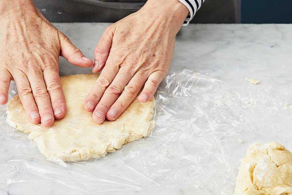 Kirsch-Pie: Schritt 2, Teig ausrollen. einwickeln