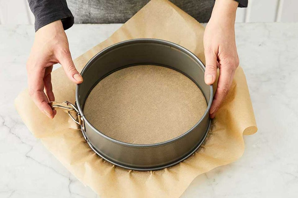 Kokos-Himbeer-Torte: Schritt 1, Springform vorbereiten