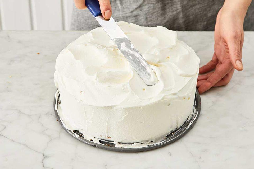 Kokos-Himbeer-Torte: Schritt 10, Oberfläche garnieren