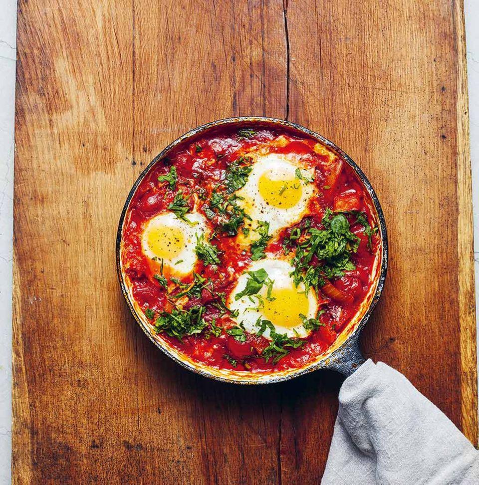 Shakshuka: Tomaten-Chili-Eintopf mit pochierten Eiern