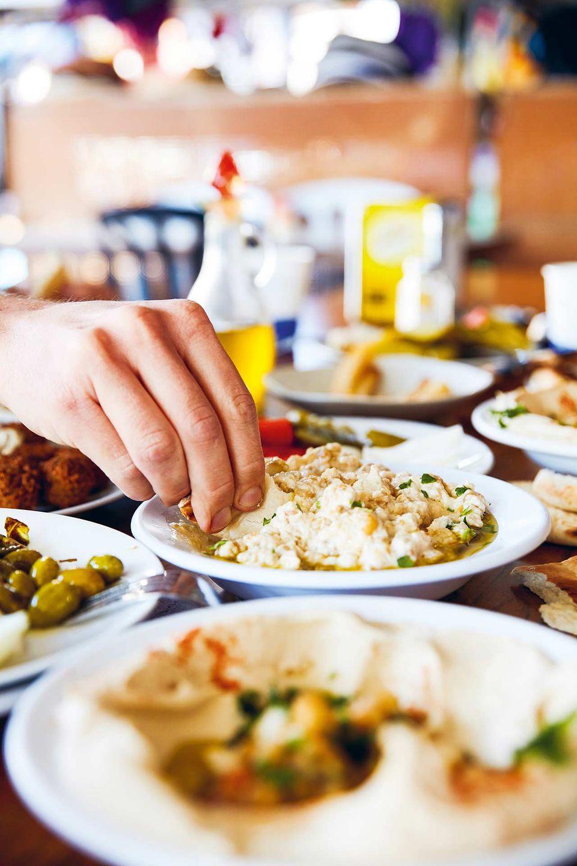 Kein Gericht wird ohne Brot gegessen. Es dient als Besteckersatz beim Dippen und Löffeln.