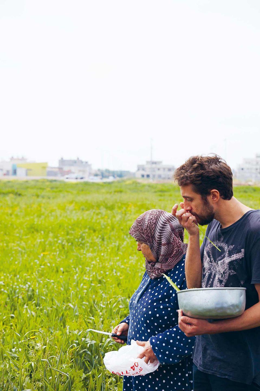 Nidal Kersh mit seiner Tante Husnye beim Kräuter pflücken.