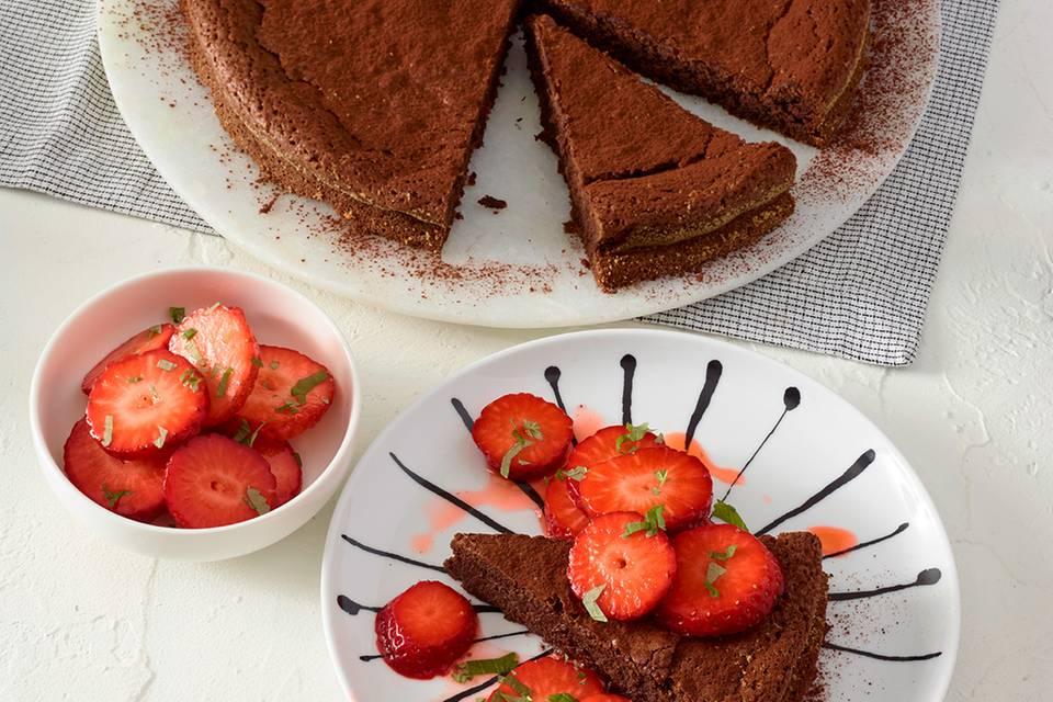Schoko-Mandel-Kuchen mit marinierten Erdbeeren