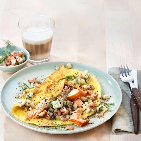 Omelette mit Gurken, Krabben und Lachs