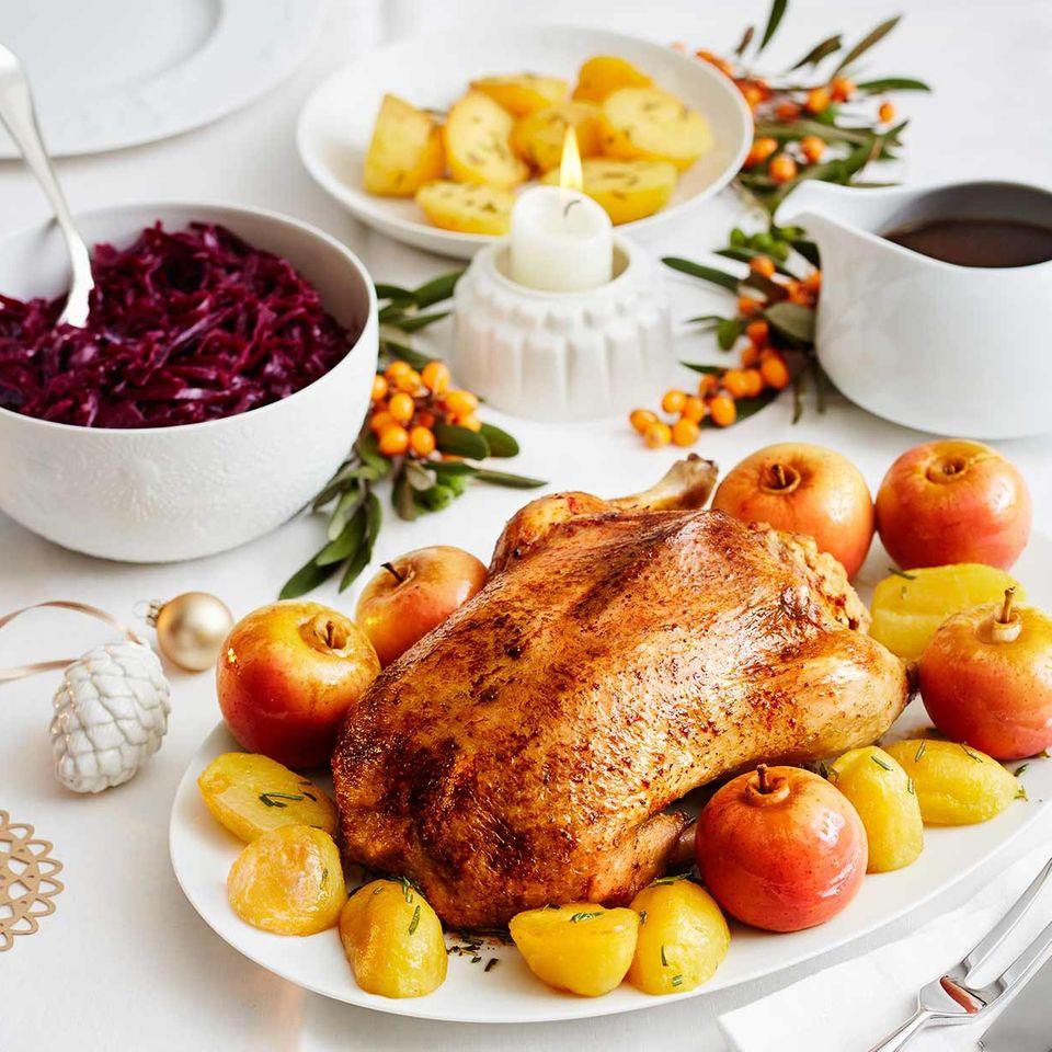 Ente mit Walnuss-Hefeteig-Füllung, Rotkohl und Rosmarinkartoffeln