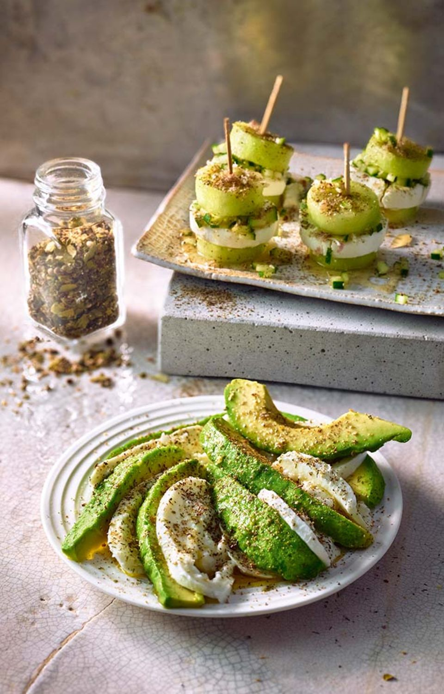 Passende Snacks zum Sauvignon Blanc: Avocado-Mozzarella-Carpaccio (vorne im Bild)