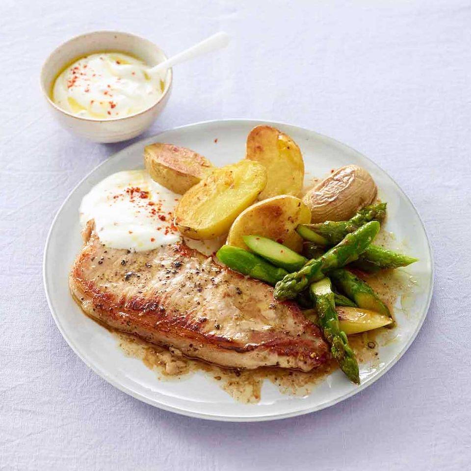 Schnitzel mit Spargel und Kartoffeln