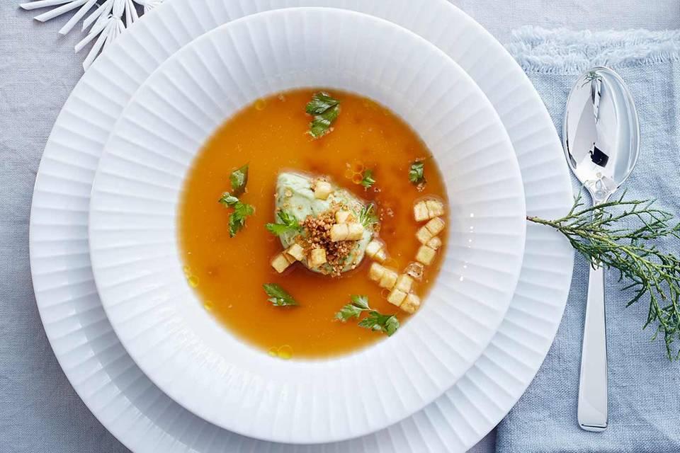 Bouillon und Mousse von der Kartoffel mit Walnuss-Wacholder-Bröseln Rezept