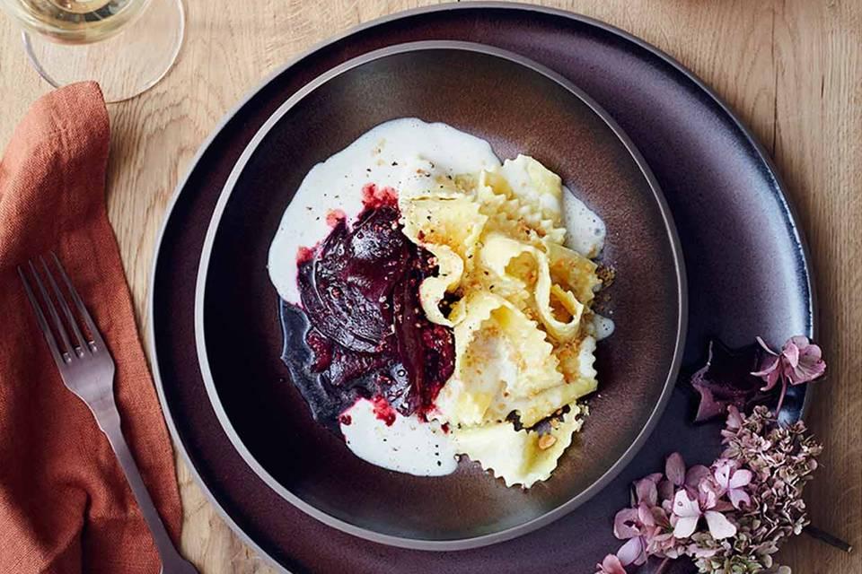 Rote Bete mit Nussbröseln, breiten Nudeln (Maltagliati) und Fontina-Sauce Rezept