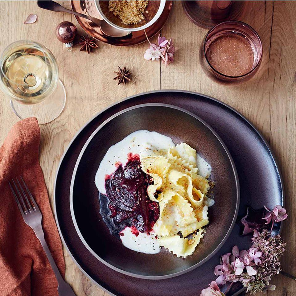 Rote Bete mit Nussbröseln, breiten Nudeln (Maltagliati) und Fontina-Sauce
