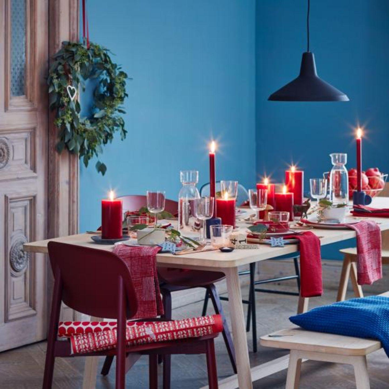 Esstisch weihnachtlich gedeckt mit Kerzen von living at home