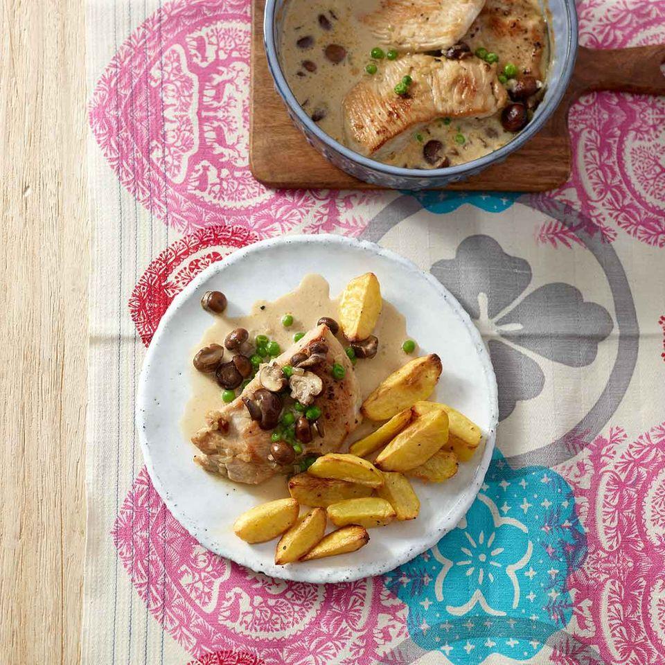 Putenschnitzel-Topf mit Erbsen und Champignons