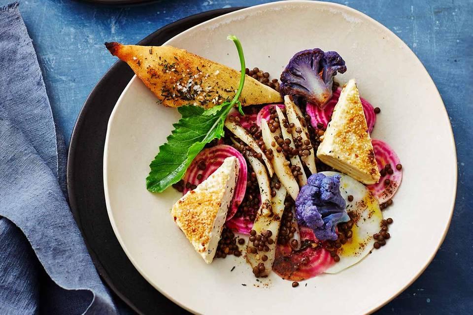 Kohlrabi-Bete-Salat mit Linsen, Feta und Fladenbrot mit Zatar Rezept