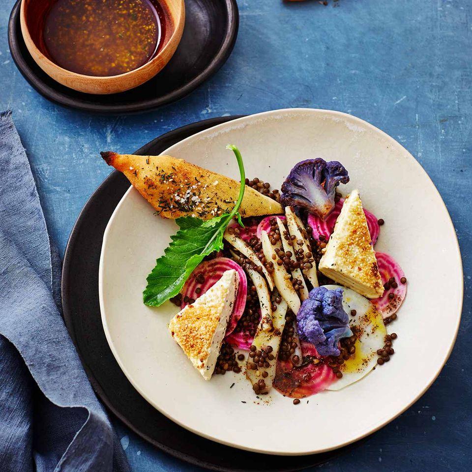 Kohlrabi-Bete-Salat mit Linsen, Feta und Fladenbrot mit Zatar