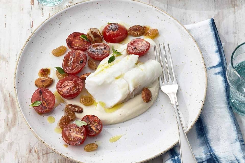 Confierter Kabeljau mit Bohnen-Mandel-Creme, Tomaten und Rosinen Rezept