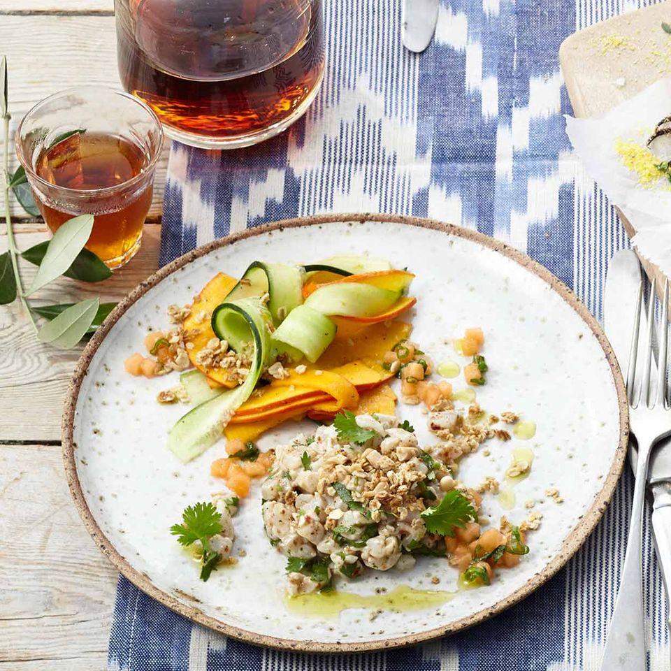 Wolfsbarsch-Tatar mit Kürbis-Gurken-Salat und Melonen-Salsa