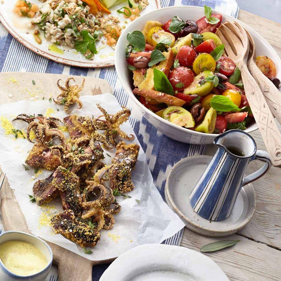 Calamaretti mit Orangenmayonnaise und Tomaten-Brot-Salat