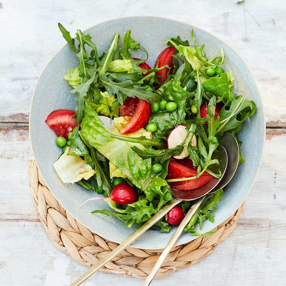 Gemischter Salat mit Tomaten und Pecannüssen