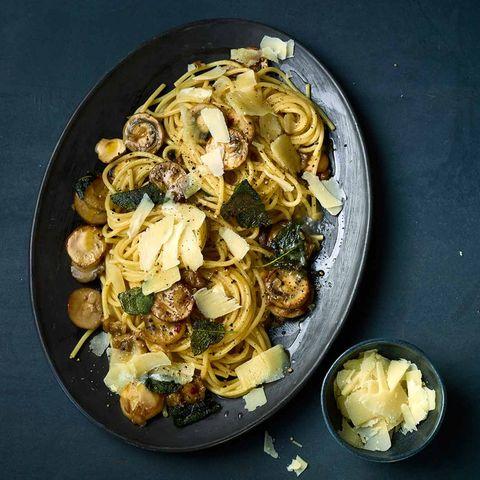 Spaghetti mit Pilzen und Salbei