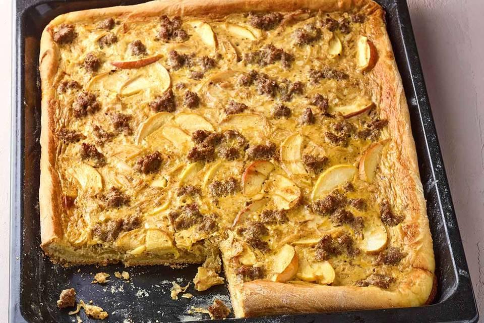 Apfel-Zwiebel-Kuchen mit Mett Rezept