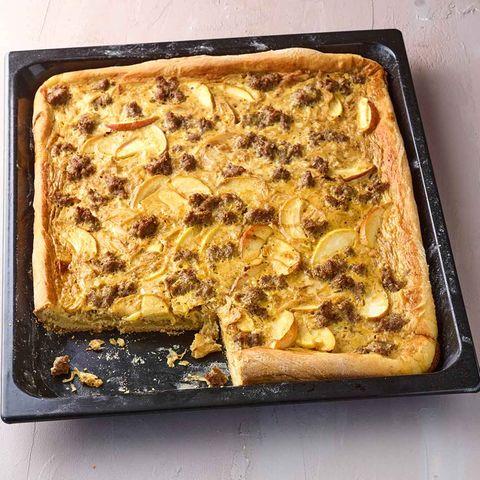 Apfel-Zwiebel-Kuchen mit Mett