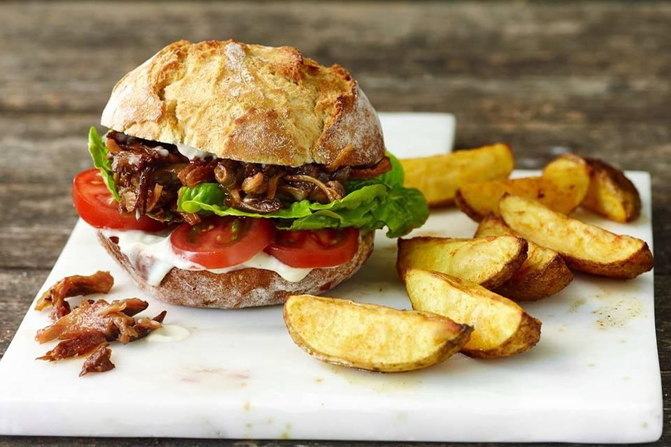 Pulled Pilz-Burger mit Backkartoffeln Rezept