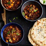 Rinderhack-Curry mit Gurken-Minz-Raita