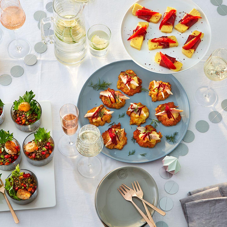 Fingerfood-Buffet mit Sektgläsern und Tisch-Deko
