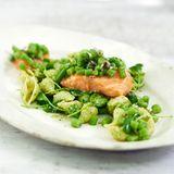 Pesto-Nudelsalat mit Lachs