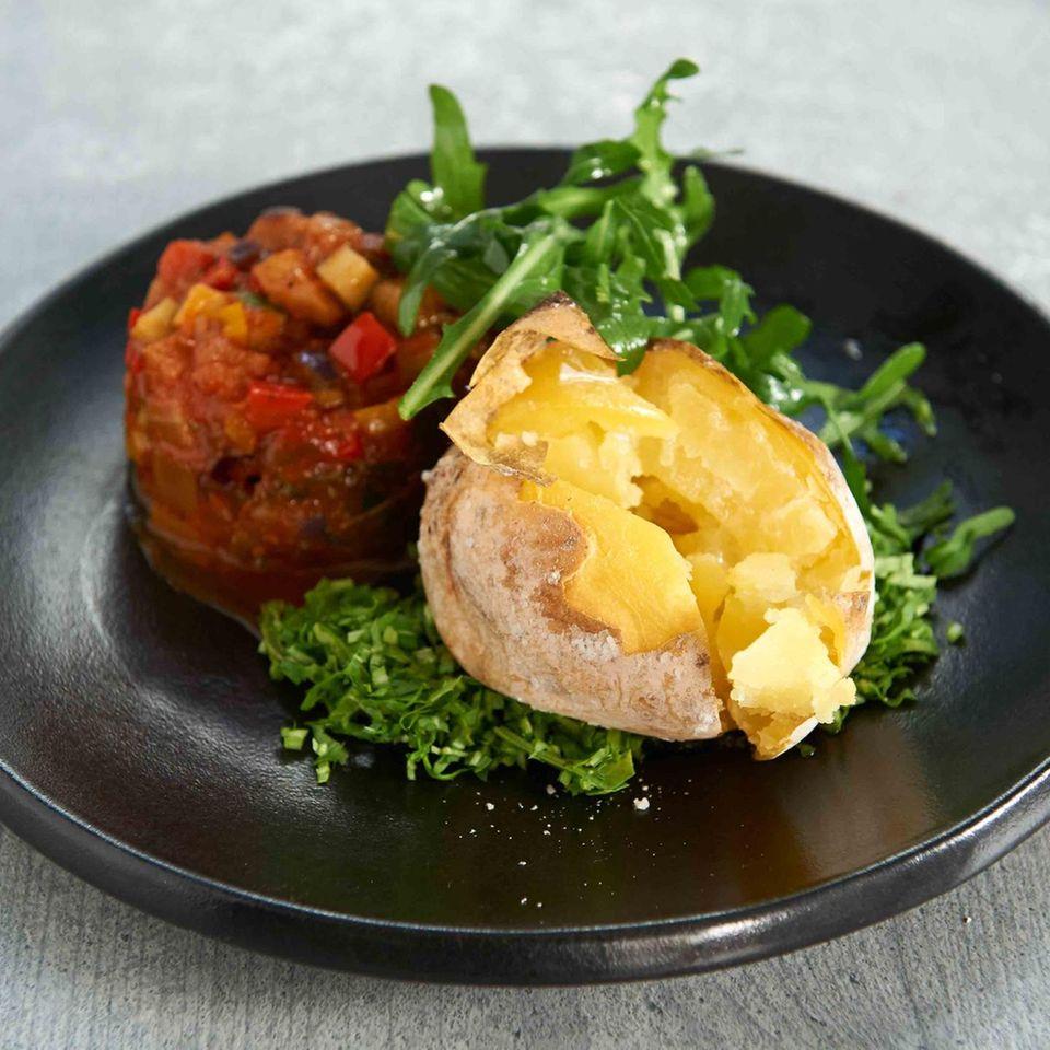 Ofenkartoffeln mit Salzkruste und Ratatouille