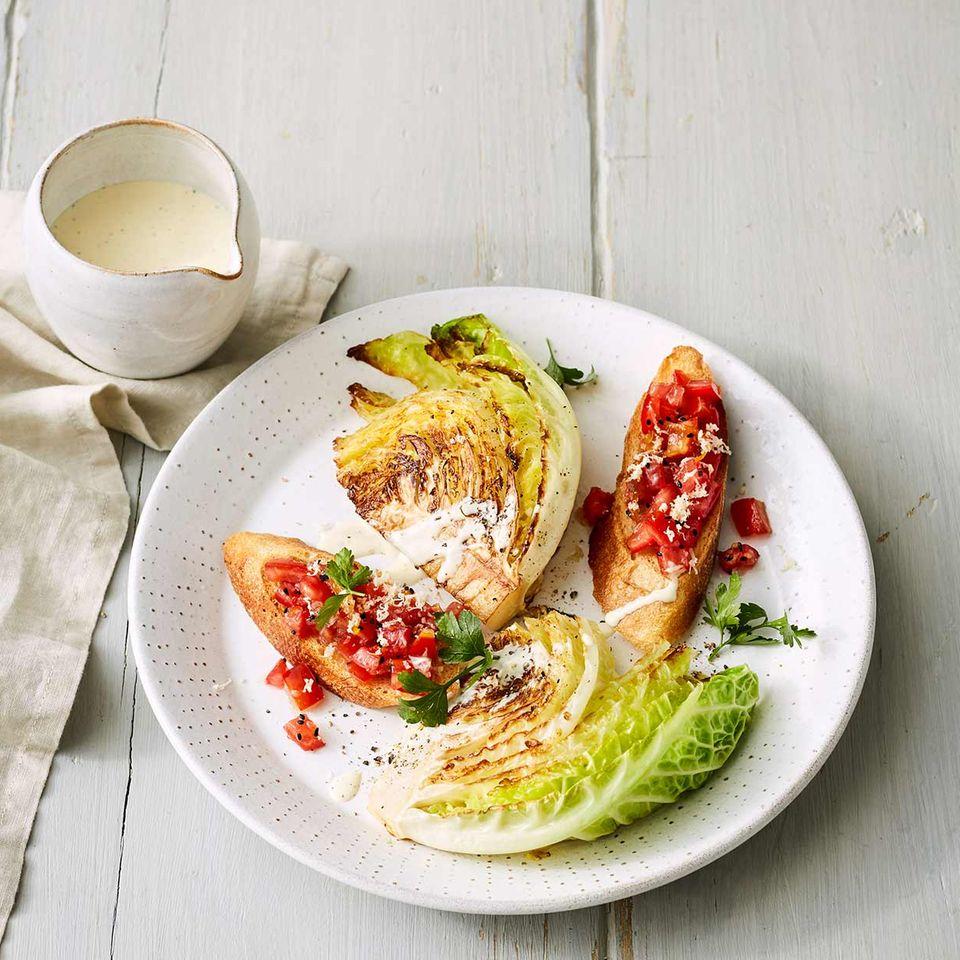 Gebratene Wirsingspalten mit Tomaten-Crostini
