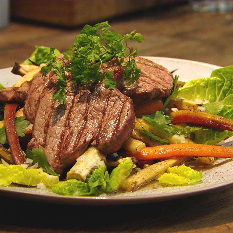 Rndersteak mit Wurzelgemüse und Salat: Rezept aus der Kochshow essen & trinken Für jeden Tag