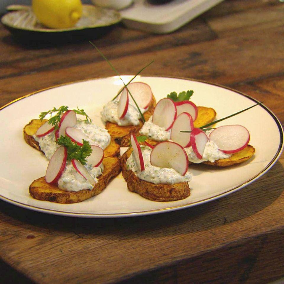 Ofenkartoffelscheiben mit Gemüsequark und Kerbel: Rezept aus der Kochshow essen & trinken Für jeden Tag