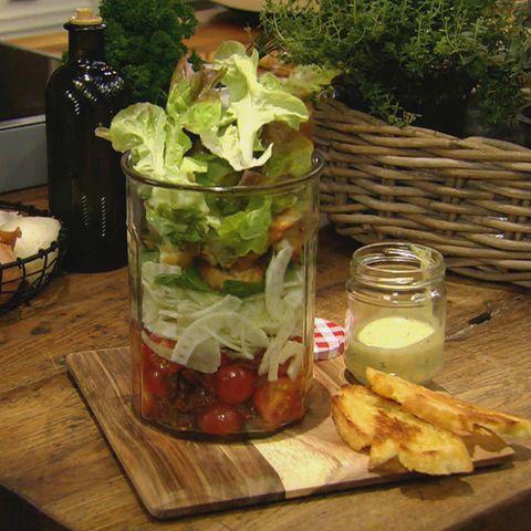 Schicht-Brotsalat mit Senf-Honig-Dressing: Rezept aus der Kochshow essen & trinken Für jeden Tag