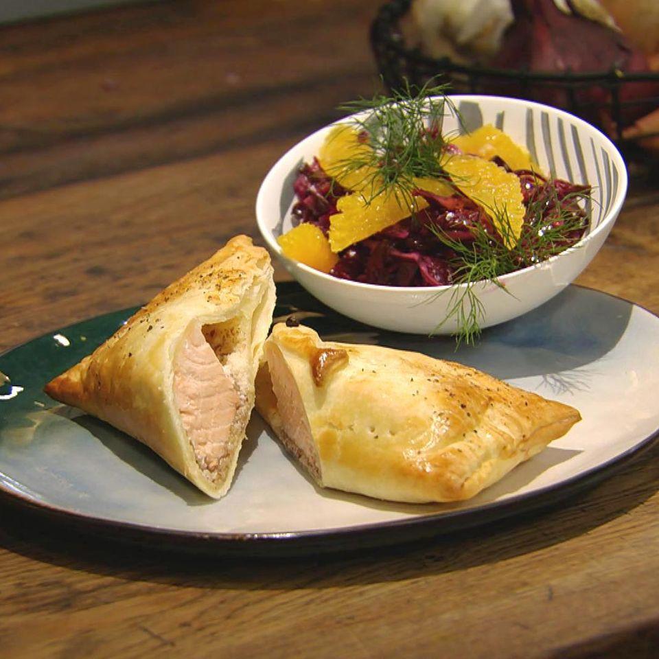 Lachs im Blätterteig mit Rotkohlsalat: Rezept aus der Kochshow essen & trinken Für jeden Tag